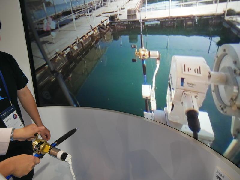 大分の釣り堀の釣りアバターロボットと、CEATECブースの釣り具と連動