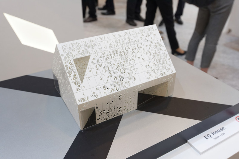 外壁は白いアルミ製パネル1200枚とガラスからできている