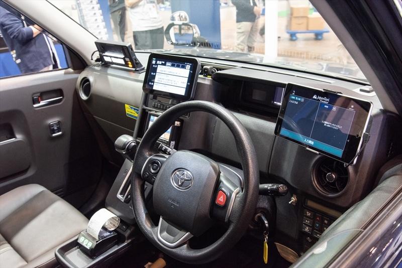 運転席の右側にあるのがメッセージ受信用の端末