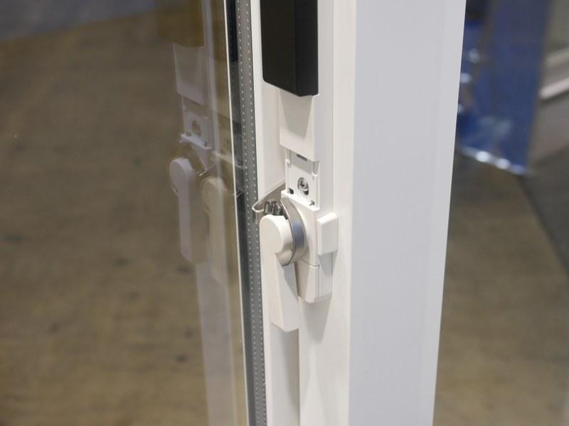 窓用センサーは「クレセント」と呼ばれるカギを交換するかたちだが、ネジを取り外して付け替えるだけなので、誰でも取り付けができる