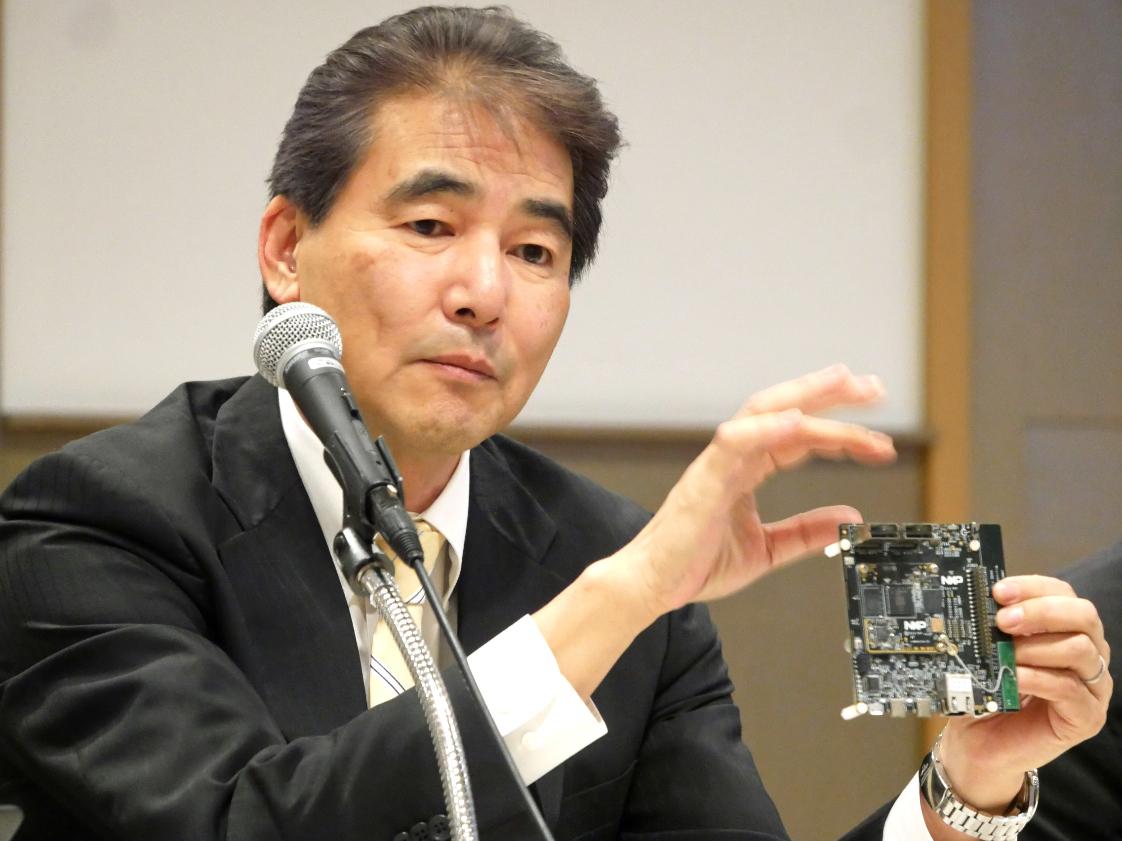 i.MX 8M Miniアプリケーション・プロセッサ評価キットを持つ原島弘明社長