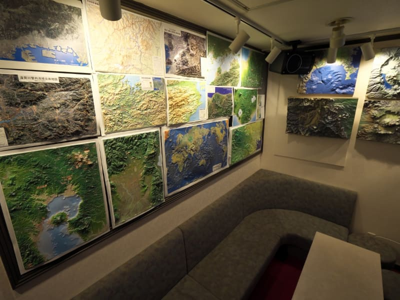 店内の壁には、さまざまな立体模型が展示されている