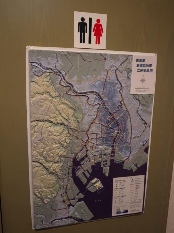 トイレのドアにも貼られた東京都東部の立体模型