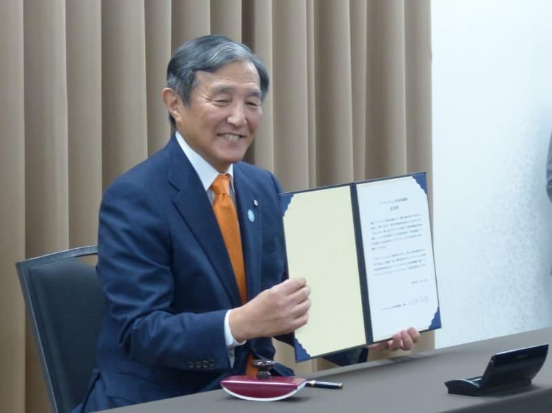 ワーケーション自治体協議会(WAJ)会長に選任された仁坂吉伸和歌山県知事。「ワーケーション・フェスタ in アキバ!」において、WAJの設立趣意書に署名した