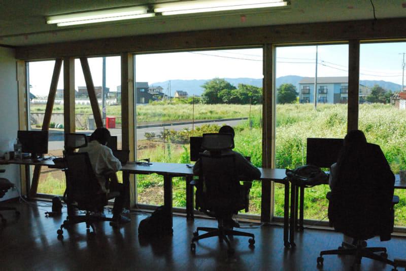 「ココリト」のワークスペース。机は外側に向けて設置されているため、ディスプレイの上に自然の風景が見える