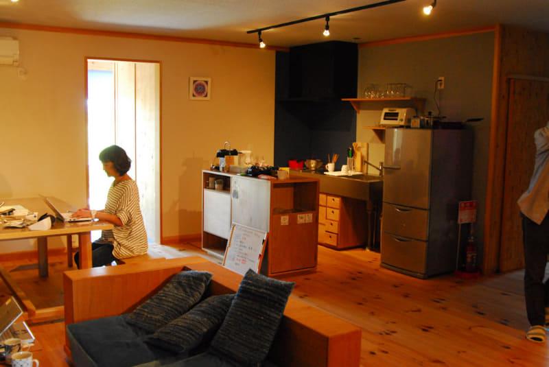 「ココリト」の共有スペース。キッチンもあるため、食事が作れる。ここでは、食事をとったり、仕事ができたりする