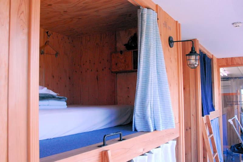 ベッドは2段式で、一般的なカプセルホテルよりも広い。また、全部で10のベッドがあるが、そのうち4つは女性専用だ