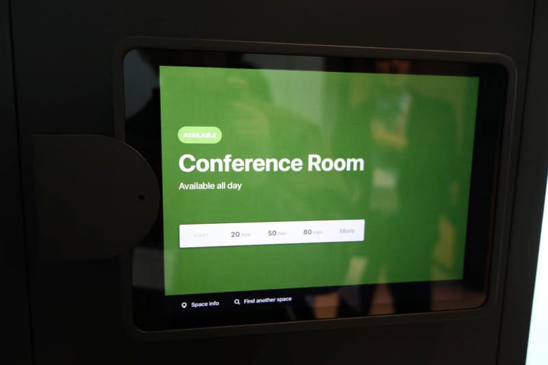 会議室入り口のiPad。最近のオフィスでよく使われている仕組みだ