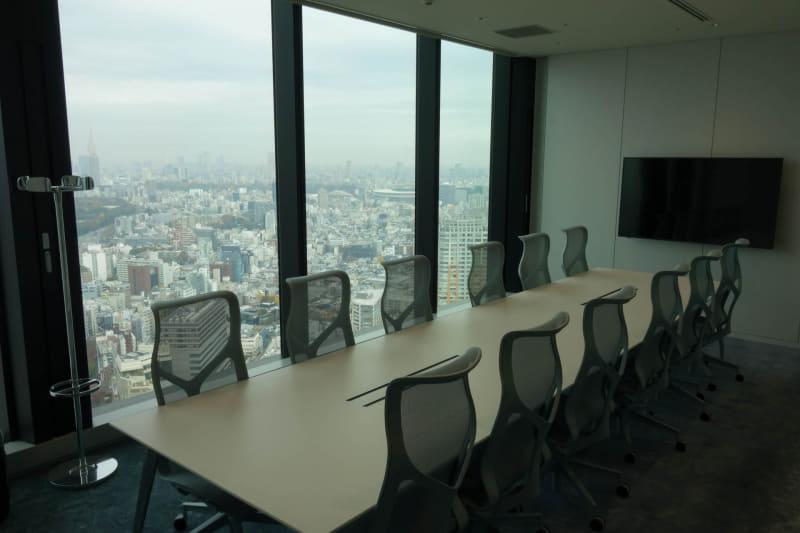 中規模の会議室。背景には北東方向、代々木公園や新宿、オリンピックスタジアムまでが見渡せる