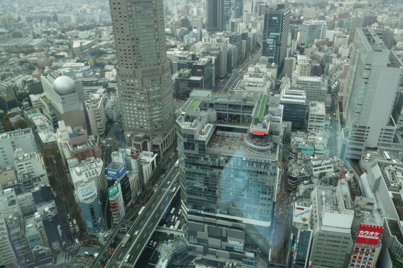 西方向の窓。左上のセルリアンタワーと右下の渋谷フクラスにはともにGMOが入居する。セルリアンタワーは渋谷スクランブルスクエアができるまでは最高峰で、高台に立っていることもあり、かなり高い
