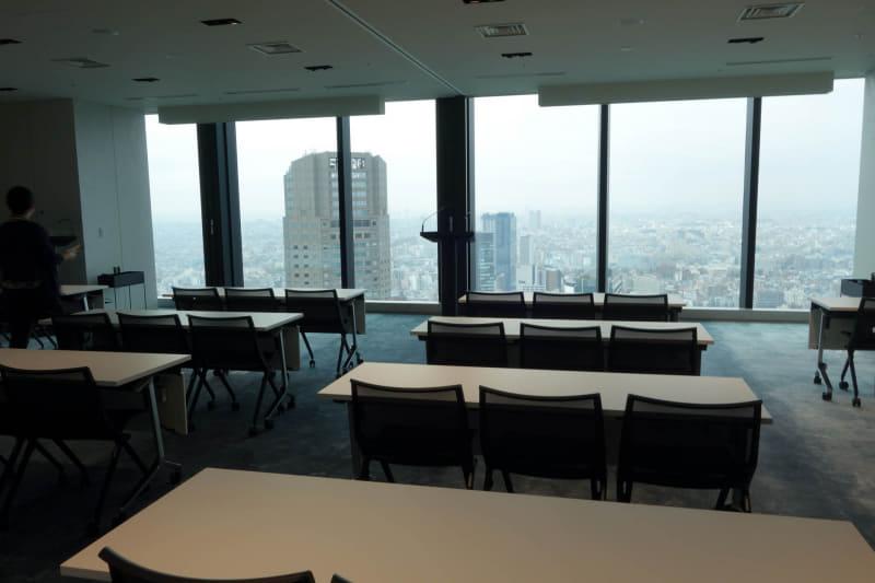 セミナールームにも使える広い部屋。講演台もあって発表会などでも使える