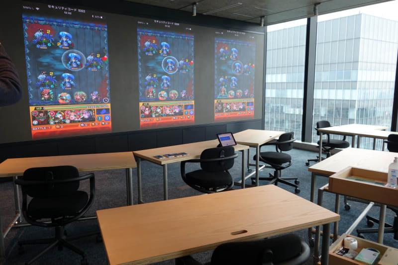 ミーティングやイベントに使えるセミナールーム。スマホ4台の映像をスクリーン投影できるようになっている