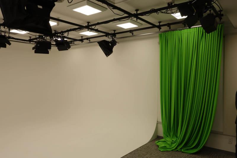 撮影スタジオ。角が丸くなっていて部屋の形が写らないようになっている