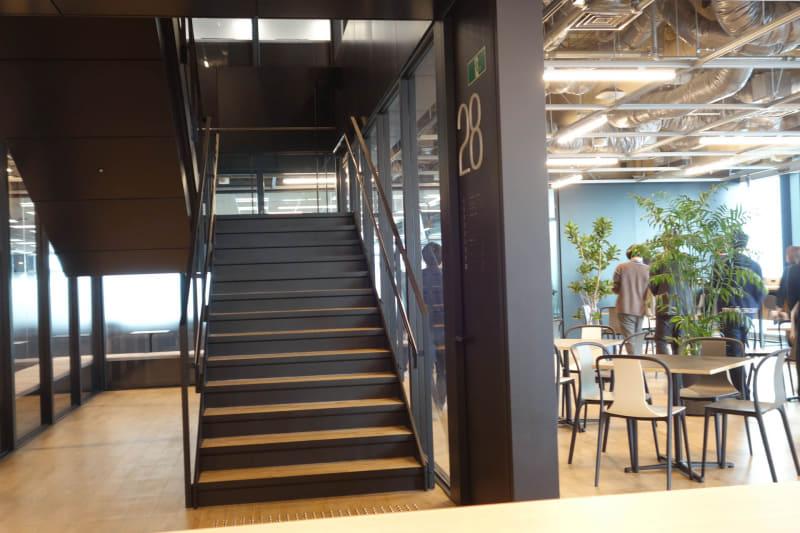 フロア内の階段。この28階や上の階は社員のみのフロアなので、特にドアなどはなく、気軽に行き来できる