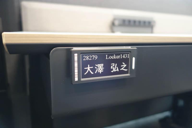 デスクの名札。電子ペーパーなので表示を切り替えるときにしか電力を消費しない