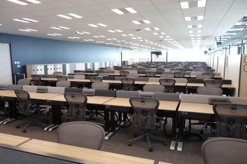 オフィスエリア。まだ入居してないので同じ机がひたすら並んでいるばかりである