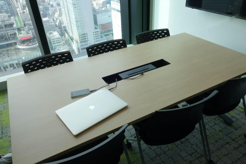 オフィスフロアの会議室。こちらは社内の人専用となる