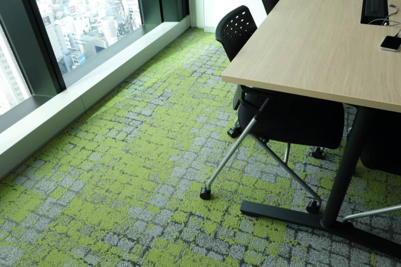 オフィスフロアの外縁部は、コケの生えた石畳みたいな柄のカーペットが敷かれていた