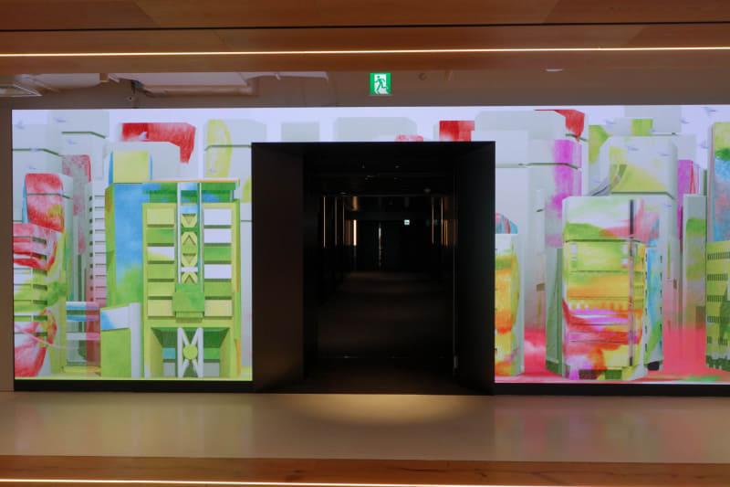 受付フロアのエレベーターホールだけ黒塗り。受付フロアのLEDディスプレイとの対比がすごい