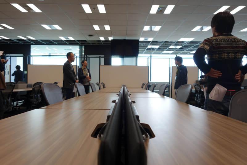 点灯していないので分かりにくいが、オフィスフロアには各所に大型ディスプレイ(写真上中央)が配置され、朝礼などで使われる