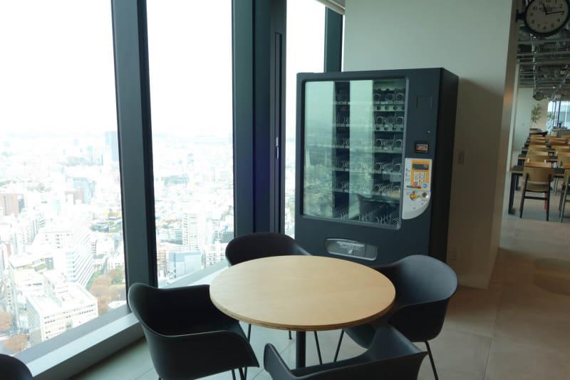 食堂やコンビニの営業時間外向けには自動販売機も用意されている……が、さすがにこちらはまだ商品は充填されていない