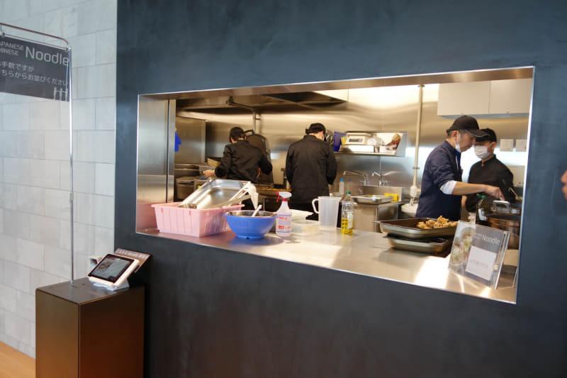 厨房スペース。麺類はここから直接、ゆでたてを受け取れる形式だ