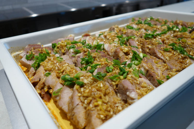 内覧日のイチオシ、柔らか蒸し豚ピリ辛山椒ソース。デリには熱々でなくても美味しい料理がそろっているが、これはイチオシだけあってかなり美味しかった