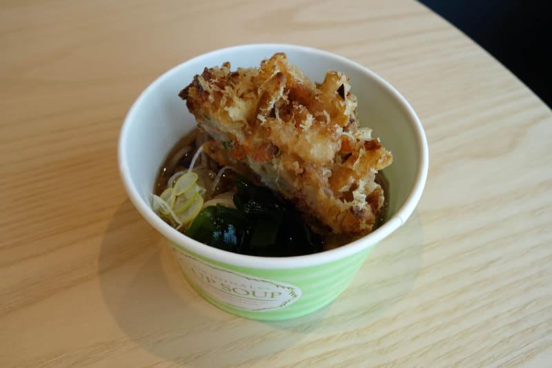 内覧日の麺類は、引っ越しソバとしてミニカップで振る舞われた。かき揚げは分厚く食べ応えのあるタイプ