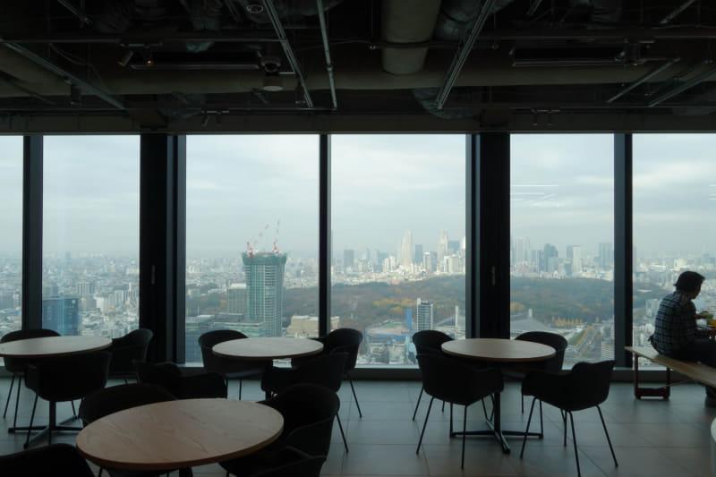食堂の窓際席は眺望がかなり良い。こちらは北側なので背景は代々木公園