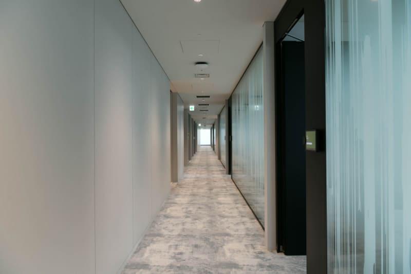 会議室のあるフロアの廊下。自分がどこに居るかも見失いそう(提供写真:ミクシィ)