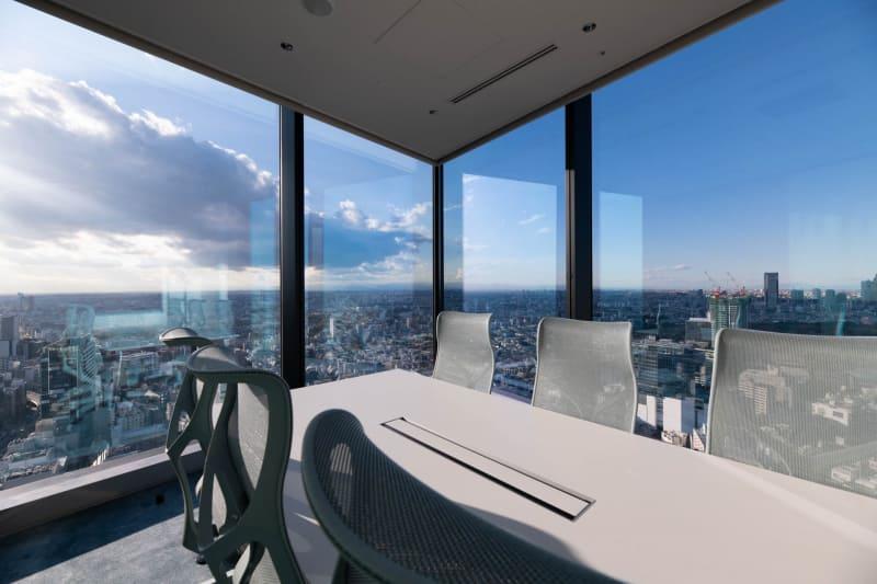 角部屋の会議室は2面が窓になっていて開放感がある(提供写真:ミクシィ)