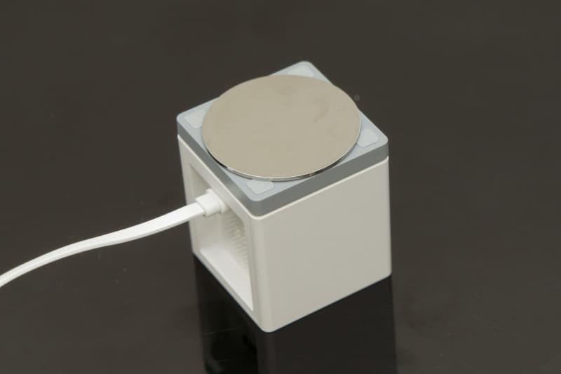 カメラのマグネットで金属プレートを固定し、その金属プレートに粘着テープを貼って、壁などに接着する