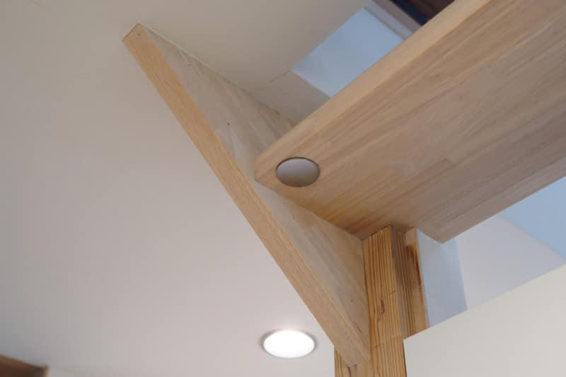 玄関に設置したカメラのみ、金属プレートと両面テープを使用