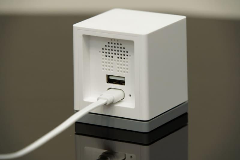 USB端子は奥まったところにあり、コネクタが飛び出し過ぎない