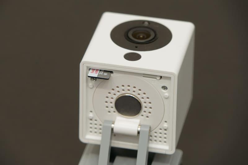 カメラ底面にmicroSDカードスロットを装備。仕様上は32GB(FAT32フォーマット)までのものが使える