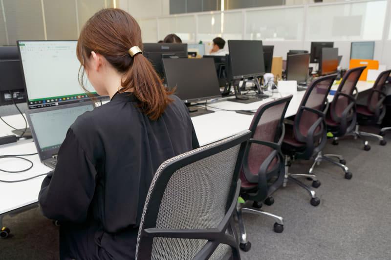 マウスコンピューターではほとんどの従業員が2画面構成。フリーアドレスのエリアでもそれは変わらない