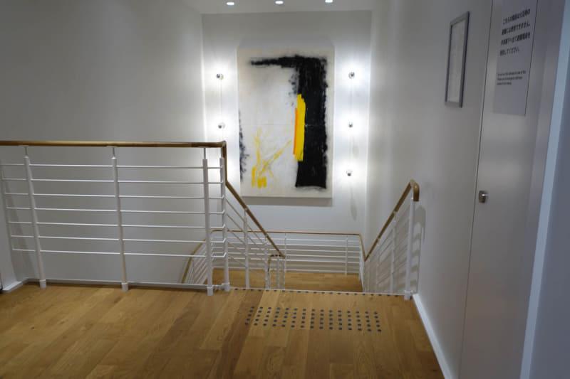 共有エリアの中央にある階段。ここに飾られている絵などもWeWorkが選定している
