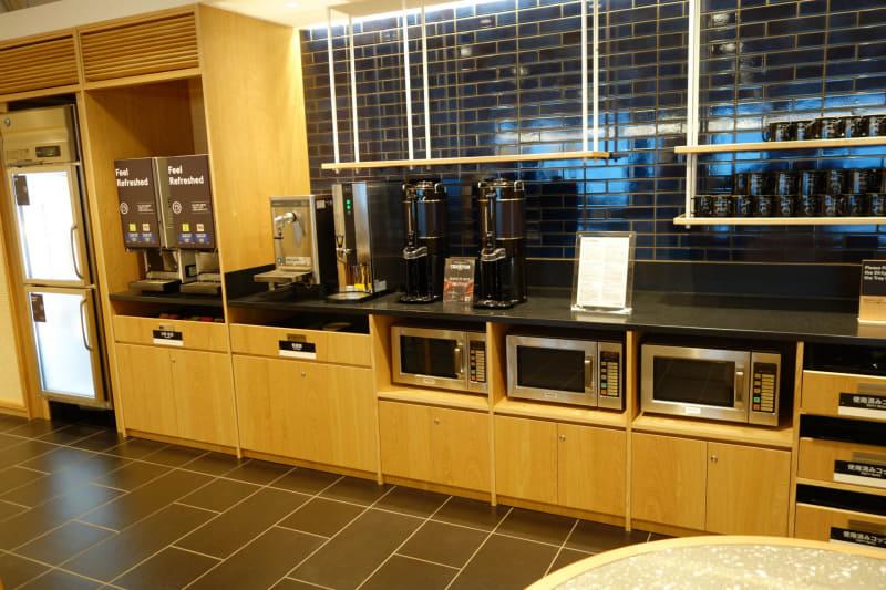 コーヒーやお茶のサーバー。電子レンジや食器も用意されている