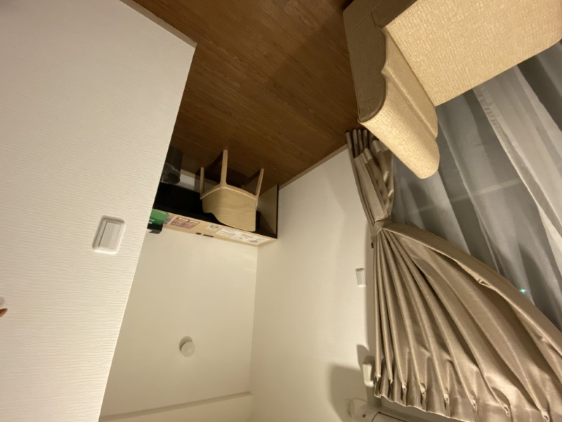 書斎に相当するスペースも用意されていた。やや奥行きがないのが使いづらいが、作業には支障ない