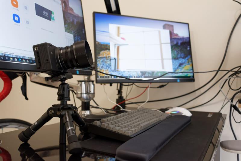 デスク上にSIGMA fpを置き、キットレンズの「45MM F2.8 DG DN | Contemporary」で撮影してみると……