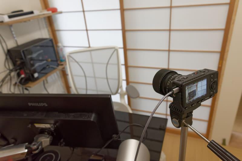 市販の3メートルのUSBケーブルに交換してデスクの外側に設置してみた