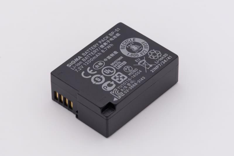 SIGMA fpのバッテリー。動画撮影の場合、仕様上の最長稼働時間は2時間とされている