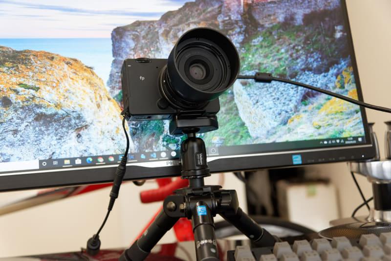 映像出力用と合わせてケーブル2本になってしまうが、これでバッテリー残量を気にせずビデオ会議できる