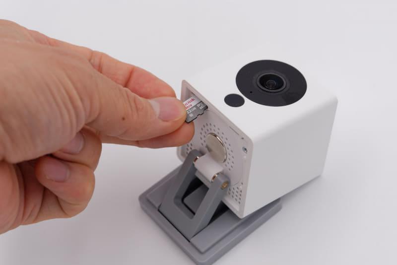 3. <br>電源ケーブルを抜いた状態のATOM Camに、「2」でコピーしたファイルを含むmicroSDカードを挿入する