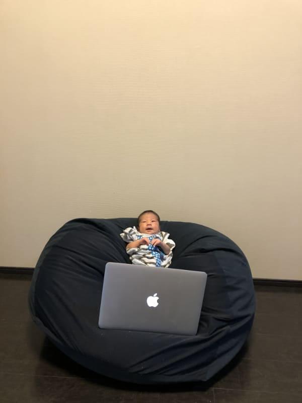 「人をダメにするソファ」こと無印良品の「体にフィットするソファ」とMacBook Airで仕事