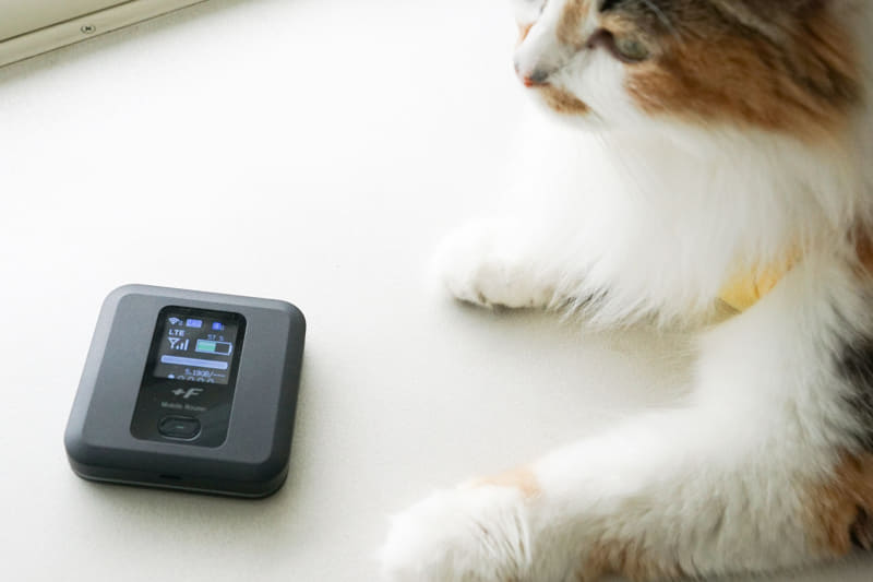 コンパクトサイズのモバイルWi-Fiルーター富士ソフト「+F FS030W」