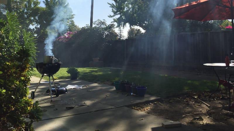 改装前の庭。コンクリートが剥き出しで、日陰も無いため午後はかなりの熱を持っていた