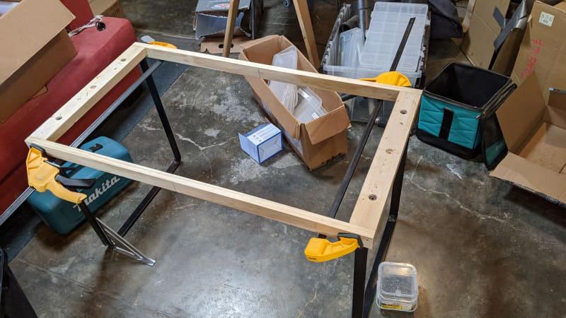 丈夫な鉄製の脚が都合よく2つ転がっていたので、木枠と合わせてテーブルの土台を作る