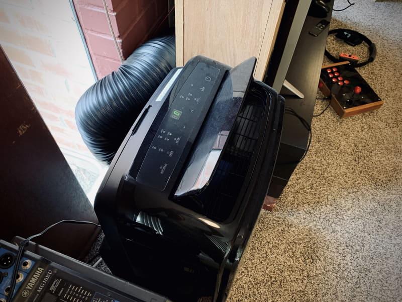 家庭用エアコンは基本的には窓取り付け型しか売っていない。窓の代わりに煙突に排気を逃す