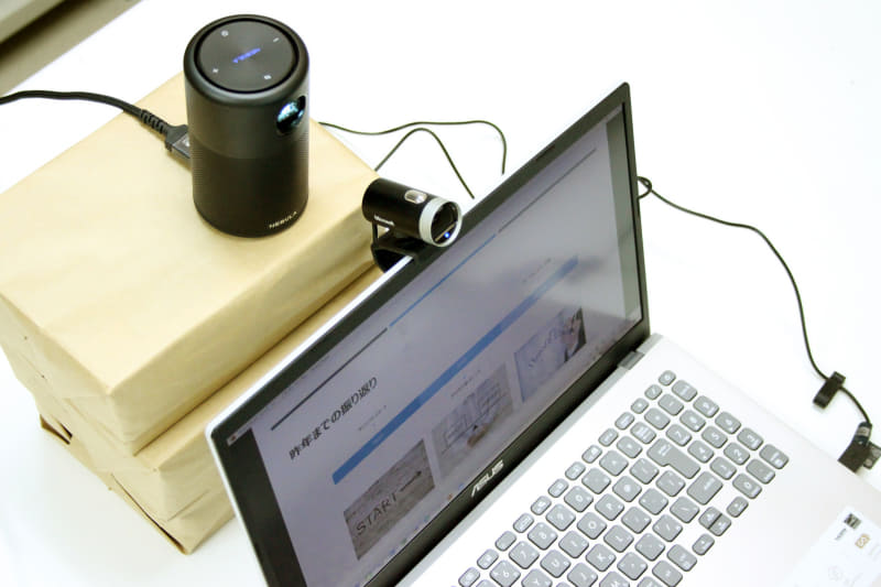 HDMI接続したプロジェクターで拡張したウィンドウを投影し、その様子をWebカメラで撮影